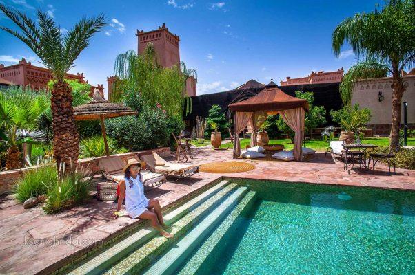 Piscine et femme - Hôtel ksar Ighnda